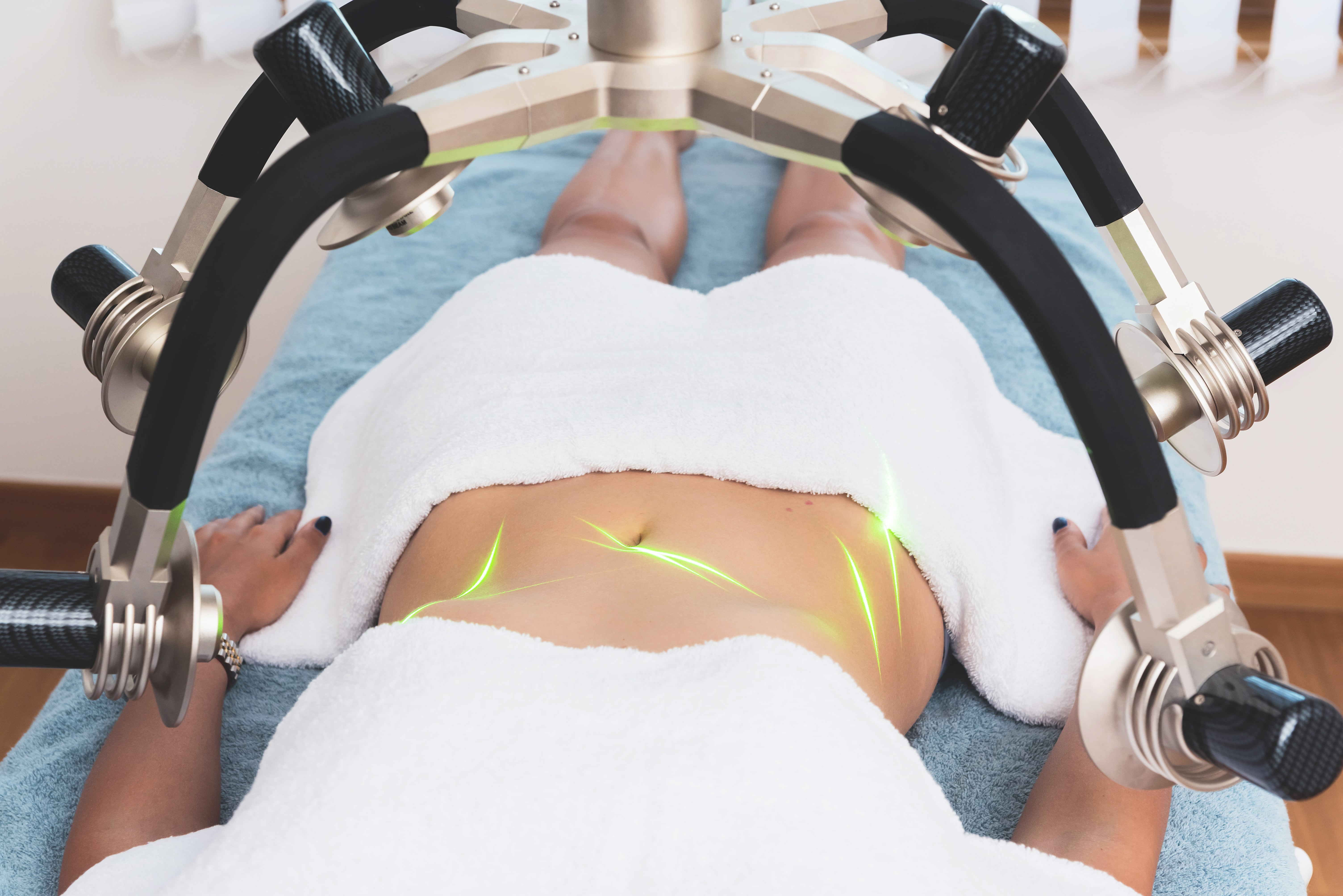 a patient receiving green laser therapy for fat loss